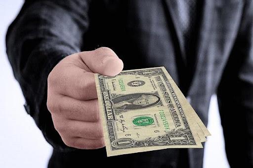 Ảnh 1: Mơ thấy người khác cho tiền đô